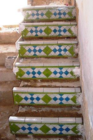 Pose des contres marches de l'escalier de la terrasse solarium.jpg