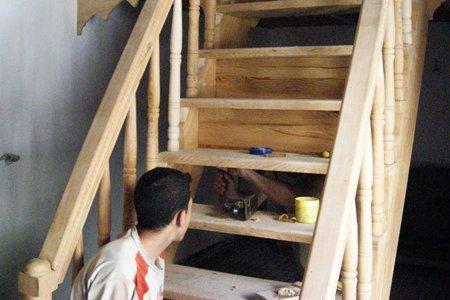 Fabrication des tiroirs derriere l'escalier de la mezzanine.jpg