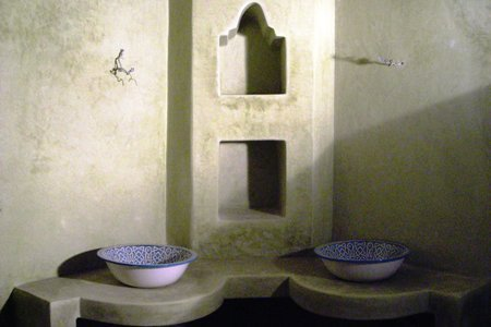 Pose des vasques de la salle de bain Fes.jpg