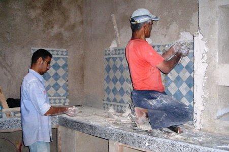 Pose du zellige de la cuisine | Rénovation du Riad Zitouna à Fès ...